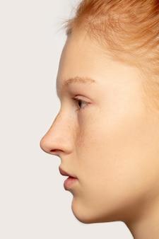 Chiuda sul ritratto di bella ragazza caucasica del redhair isolata sopra. bellezza, moda, cura della pelle, concetto di cosmetici. particolari.