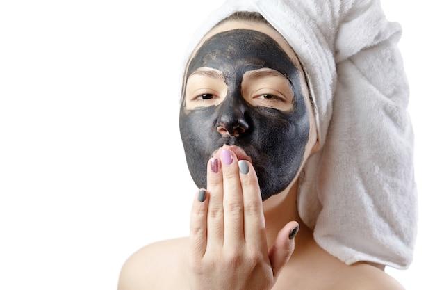 Крупным планом портрет красивой женщины с лицевой черной маской на белом фоне