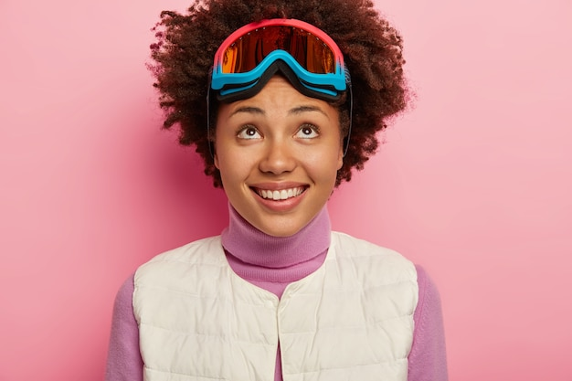 Close up ritratto di bella giovane donna bruna