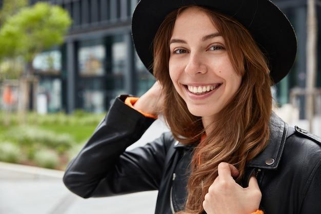 Close up ritratto di allegro viaggiatore con aspetto piacevole e sorriso a trentadue denti