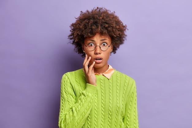 Primo piano ritratto di giovane donna dai capelli ricci isolata