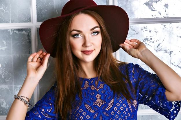 Close up ritratto di elegante bella donna mora, elegante cappello vintage e abito blu navy.
