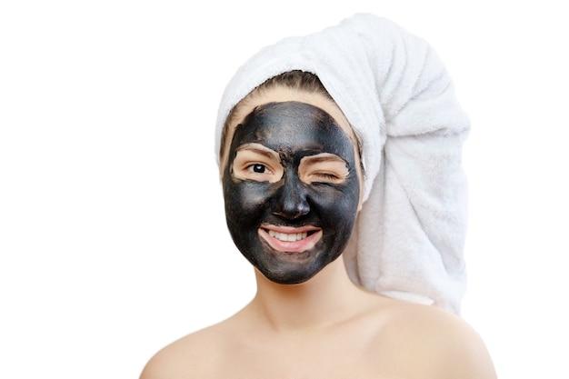 Макро портрет смешная красивая женщина с лицевой черной маской на белом фоне