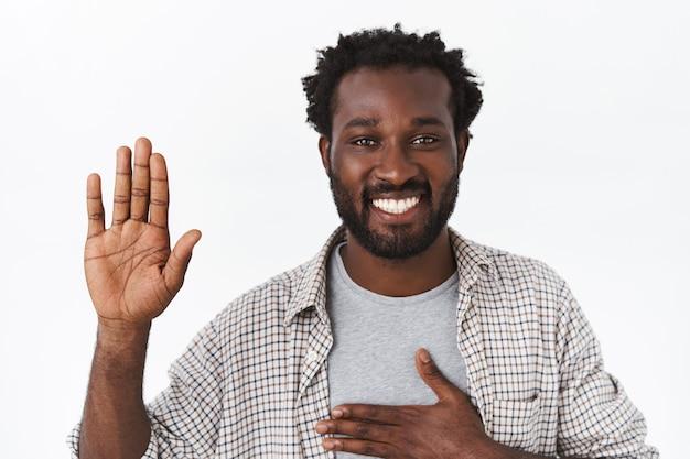 Портрет крупным планом красивый честный и дружелюбный афро-американский бородатый мужчина