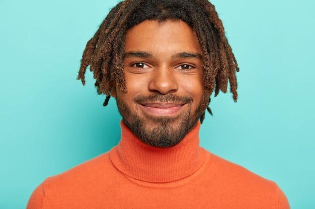 Close up ritratto di felice bell'uomo con piccoli baffi e barba, ha dreadlocks
