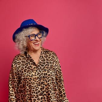 Chiuda sul ritratto della nonna alla moda rugosa felice