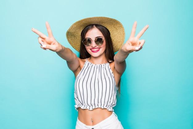 Портрет крупным планом привлекательный привлекательный веселый веселая прямолинейная девушка, показывая v-знак возле глаза, изолированные на ярко-яркий блеск зеленый синий бирюзовый фон