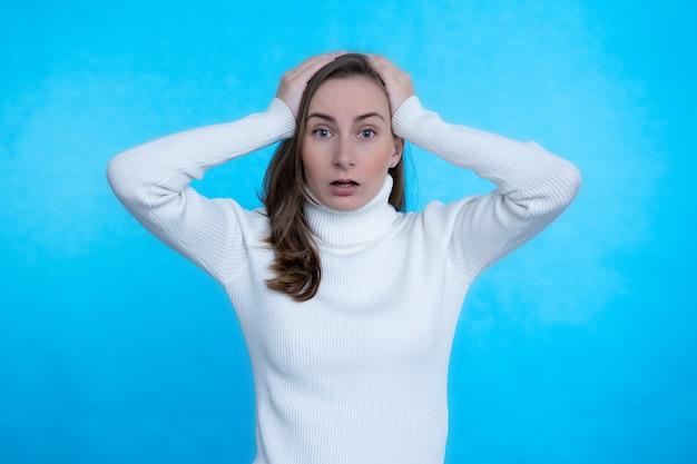 クローズアップの肖像画素敵な魅力的な心配している落ち込んで不機嫌そうな女性。心配している女性が頭に手をかざす