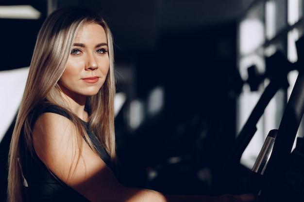 Крупным планом портрет красивой блондинки с длинными волосами улыбается