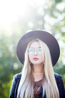 Крупным планом портрет красивой девушки в черной шляпе