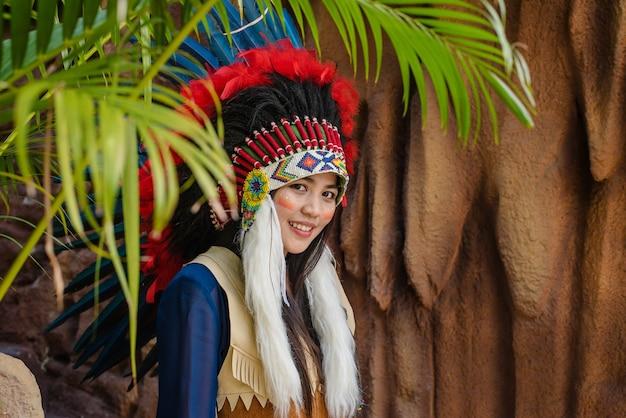 Крупным планом портрет красивой девушки в головном уборе коренных американских индейцев