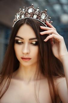 Крупным планом портрет красивой девушки с короной