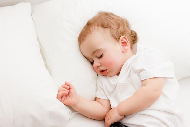 美しい眠っている赤ちゃんのクローズアップの肖像画
