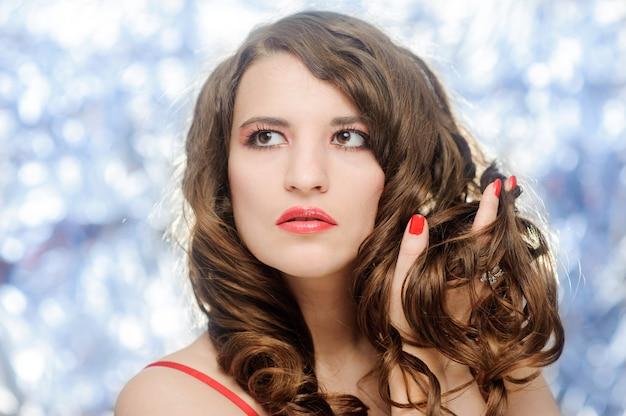 真っ赤な口紅を持つ美しい女性のクローズアップの肖像画。