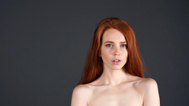 Макро портрет красивой женщины с рыжими волосами
