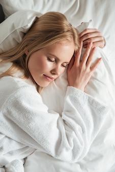 Крупным планом портрет красивой молодой женщины в халате