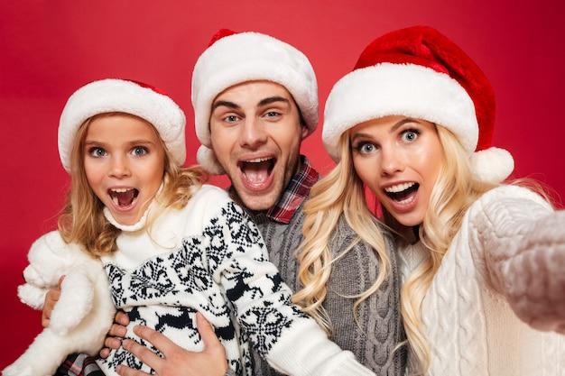 Крупным планом портрет веселой семьи с ребенком
