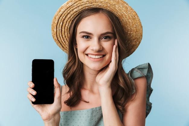 Крупным планом портрет веселой молодой женщины