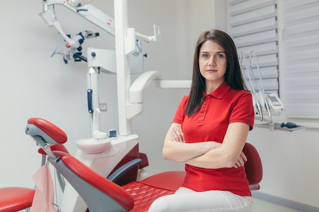 Крупным планом портрет уверенного в себе стоматолога в медицинском кабинете или клинике