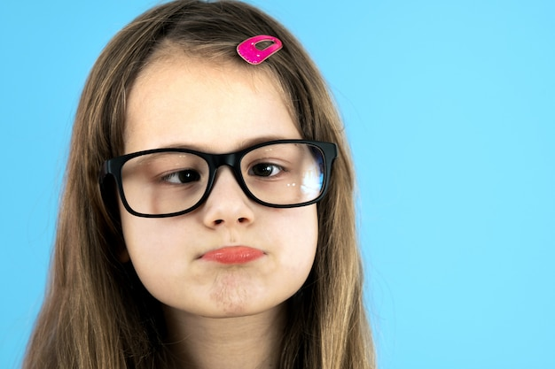 Крупным планом портрет косоглазый ребенок школьница носить очки