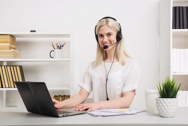 Крупным планом портрет агента по обслуживанию клиентов, сидящего в офисе - изображение