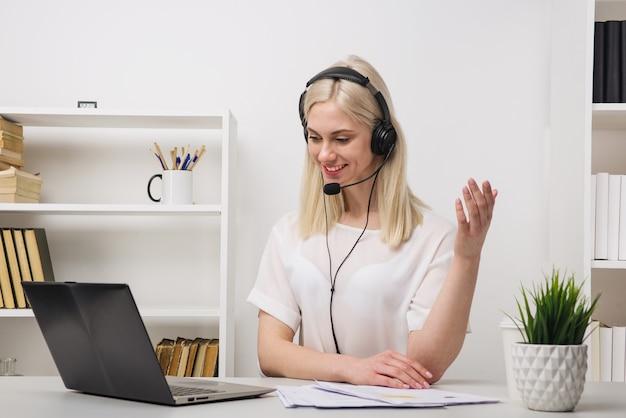 Макро портрет агента по обслуживанию клиентов, сидящего в офисе