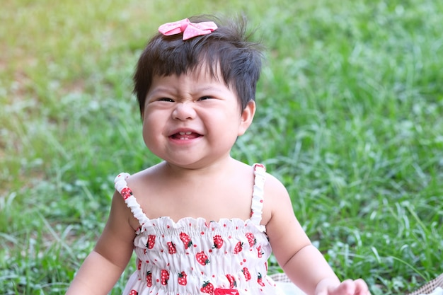 笑みを浮かべてかわいいアジアの赤ちゃん女の子のクローズアップの肖像画。