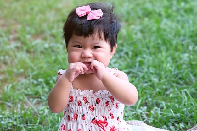 アジアのかわいい女の子の肖像画を間近します。
