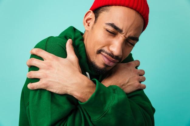 冷凍の若いアフロアメリカンの男の肖像画を閉じる