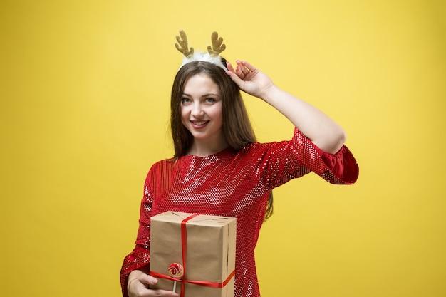 그녀의 손에 선물을 가진 여자의 클로 우즈 업 초상화.