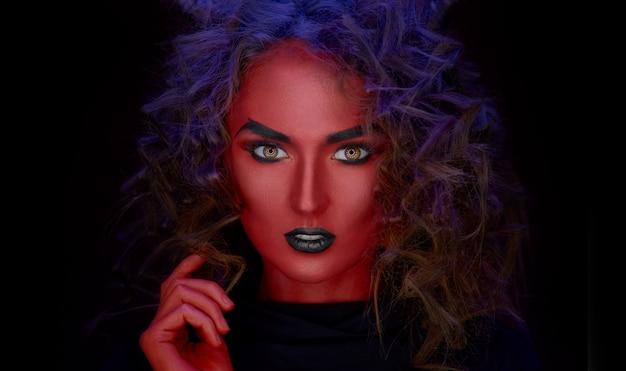 Макро портрет девушки с красной кожей, хеллбой