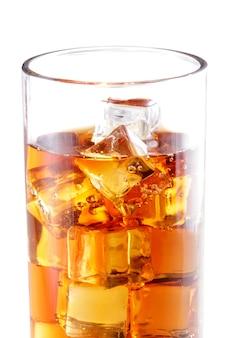 Крупным планом портрет стакана холодного чая с множеством кубиков льда