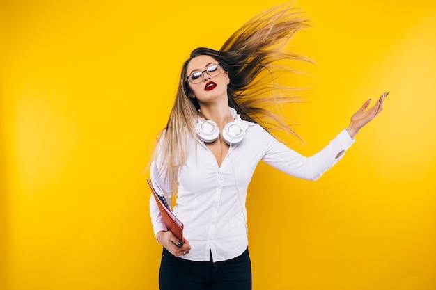 안경을 쓰고 화려한 젊은 여자의 클로즈업 초상화. 뷰티, 패션. 구성하다. 광학, 안경.