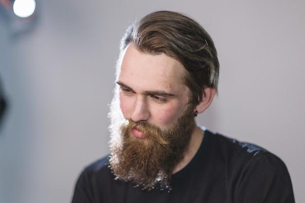 閉じる。ハンサムなひげを生やした男の肖像画