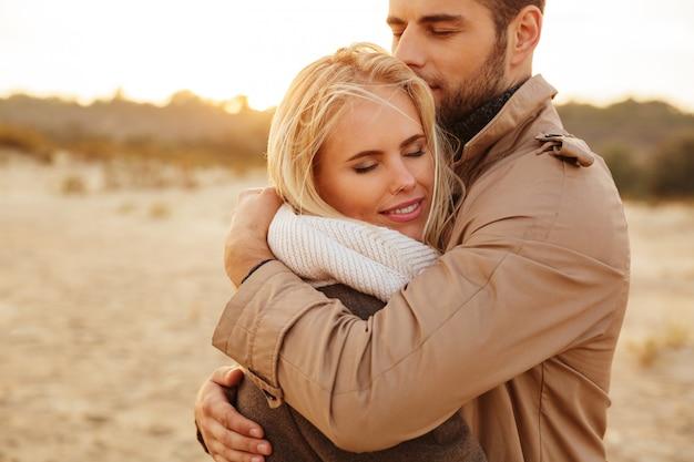 Крупным планом портрет красивой пары в любви