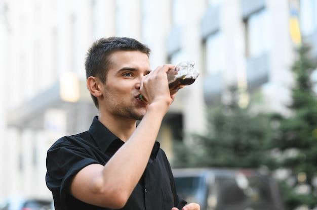 Крупным планом портрет красивого молодого человека в черной рубашке