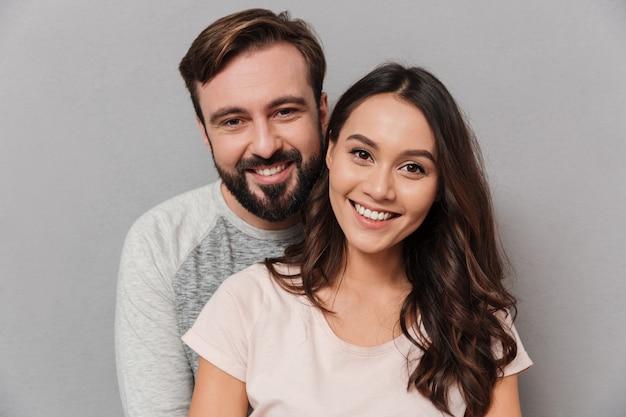 Крупным планом портрет счастливой молодой пары обниматься Premium Фотографии