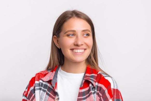 うれしそうな笑顔の若い女性の肖像画を閉じます。