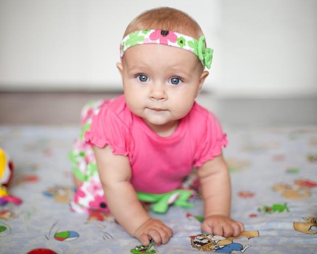 들어온다 분홍색 셔츠에 작은 아기의 초상화를 닫습니다