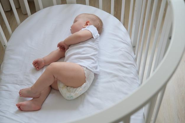 Макро портрет маленького спящего ребенка в кроватке. фото высокого качества