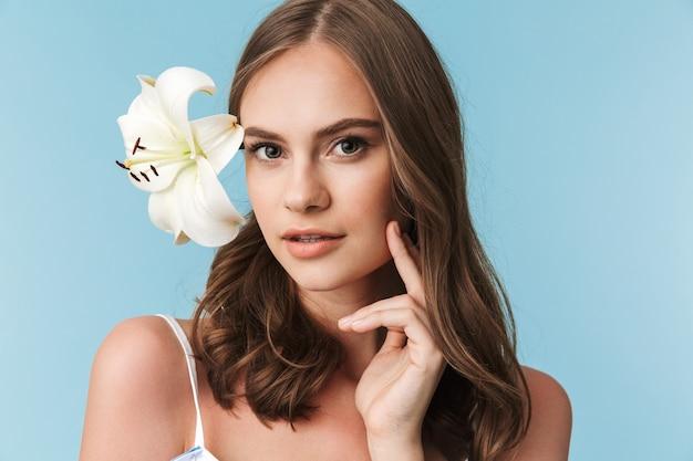 ユリの花と素敵な少女の肖像画をクローズアップ