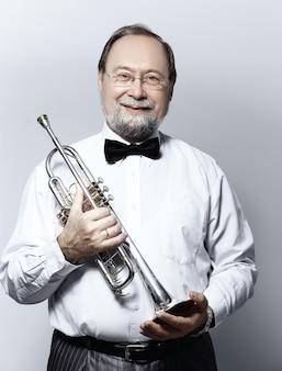 Крупным планом. портрет музыканта, играющего на трубе.