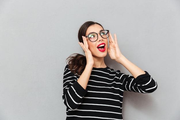 Крупным планом портрет красивой женщины в очках