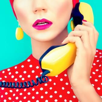 電話でレトロな女の子のクローズアップの肖像画