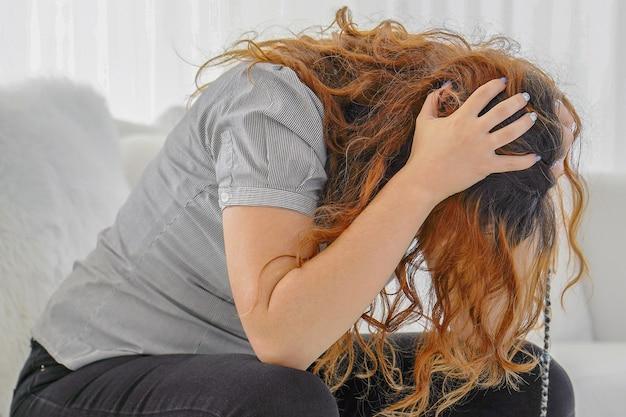 슬픈 아픈 여자의 초상화를 닫습니다. 미래에 대해 걱정하는 여성. 슬픈 여자의 초상화