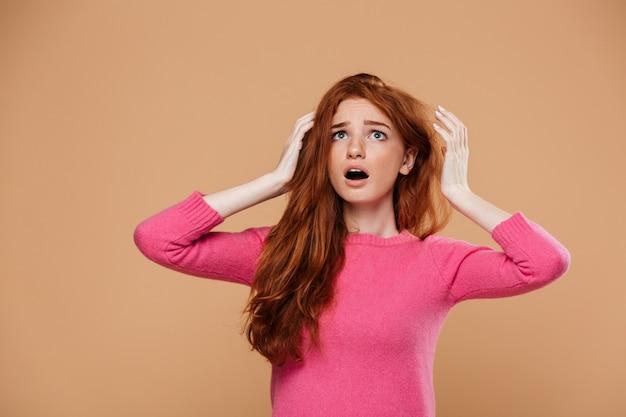 ショックを受けた赤毛の少女の肖像画を閉じる