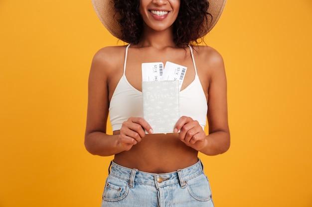 Крупным планом портрет улыбающегося африканской женщины