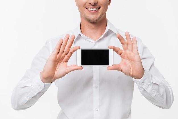 白いシャツに笑みを浮かべて男の肖像画を閉じる