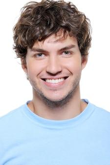 健康な歯を持つ笑顔の男のクローズアップの肖像画