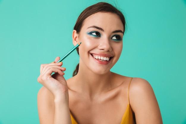 웃는 젊은 여자의 초상화를 닫습니다